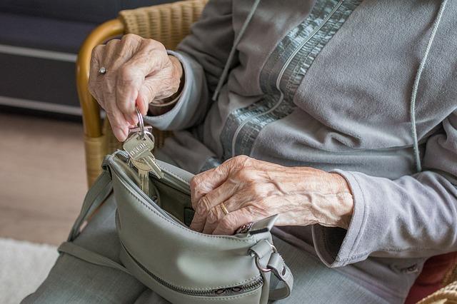 ręce starej kobiety