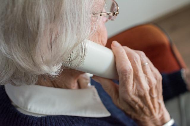 niedosłuch useniora osoby starszej
