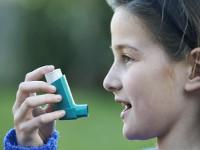Czy wziewne podawanie flutykazonu wskojarzeniu zsalmeterolem dzieciom chorym  na astmę jest bezpieczne?