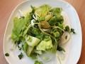 Zielona sałatka z kiełkami słonecznika